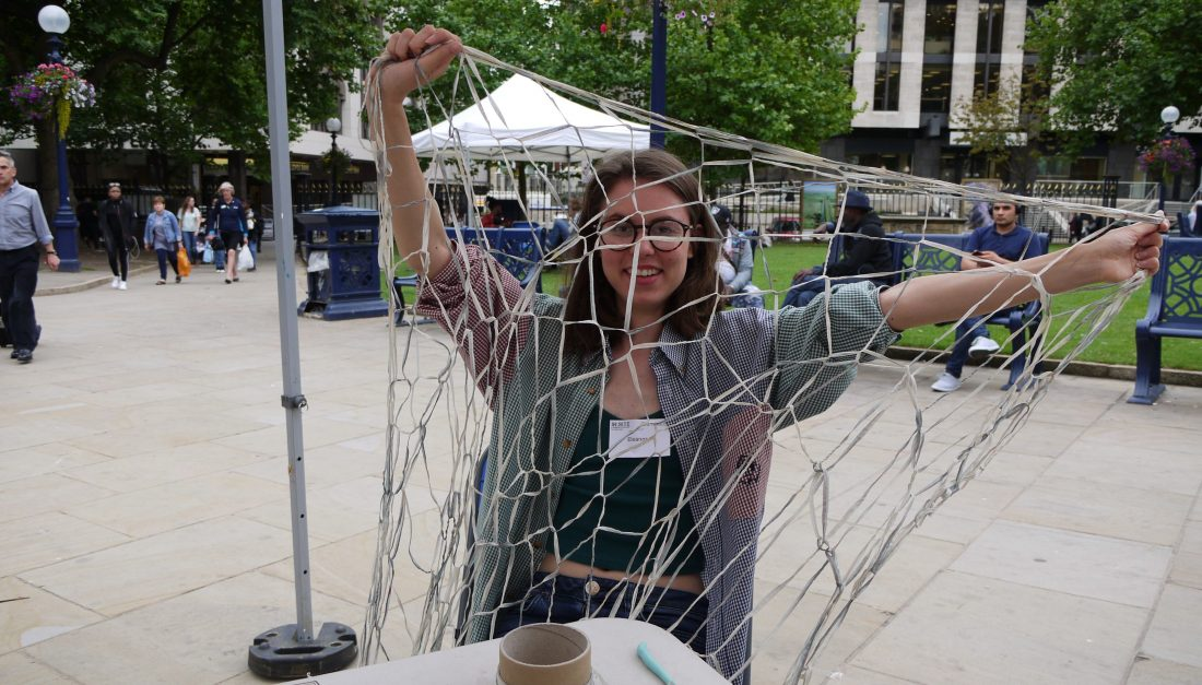 In:Site volunteer with knitted net material